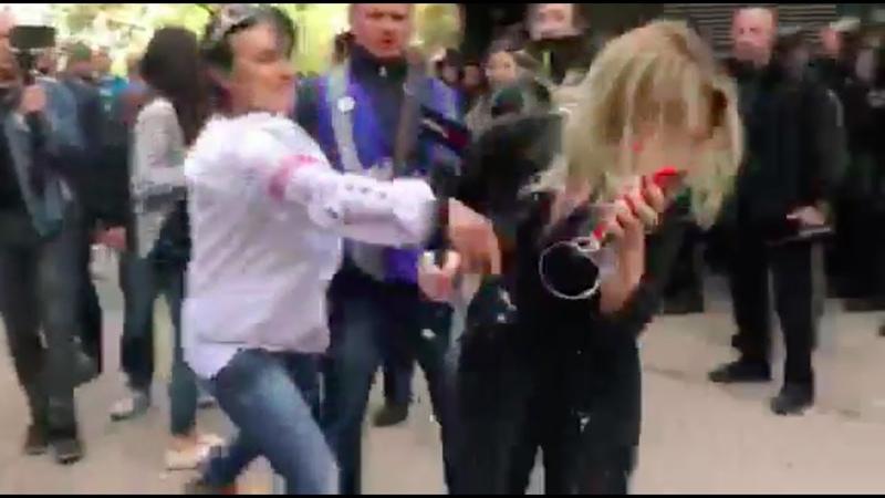 Журналистку NewsOne под Генпрокуратурой ударили и забросали яйцами | Страна.ua