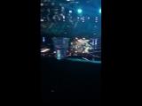 Луи смотрит выступление участников с песней Найла Slow Hands на Х-Факторе, 0308