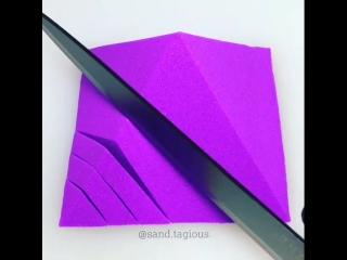 Режет фиолетовый кинетический песок