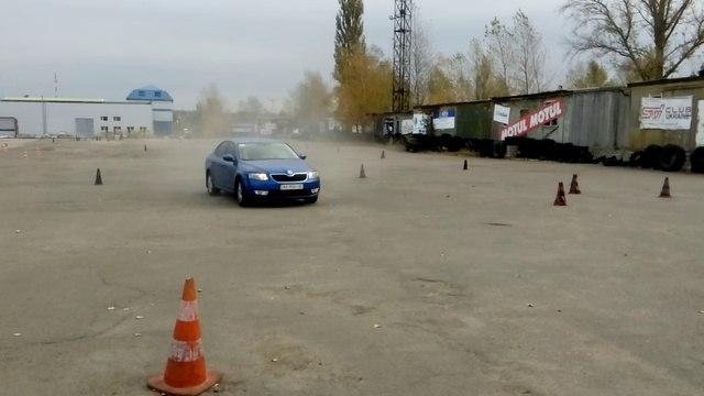 Разворот на 360 градусов на Skoda Rapid (Шкода Рапид) лифтбек - Киев. Урок экстремального вождения.