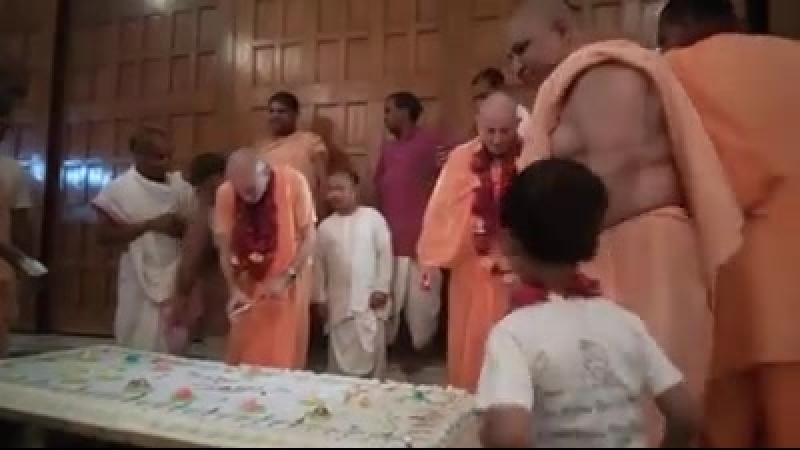 Торт на день рождения для Е.М. Панкаджангхри пр. и Е.М. Джананиваса пр.