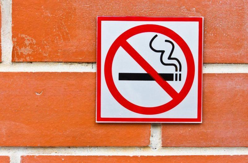В скором времени курение возле подъездов будет запрещено
