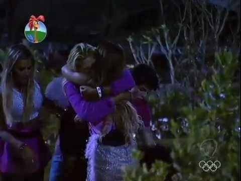 Viviane chora desesperada pela saída de Gretchen.