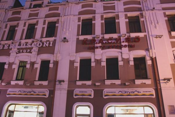 Удивительно, но ребята не наплевали на архитектуру, а пытаются в неё встроиться. Это очень круто. Особенно круто у Лэтуали получилось. Просто сказка.  А ещё, Б-же, я даже не заметил, они покрасили трубы в цвет фасада!!!  https://vk.com/wall16174219_35486  Январь 2018