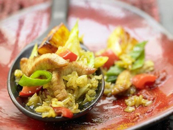 Жареный рис с куриным мясом и ананасом