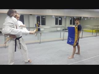 Как правильно бить в прыжке Тоби Мае-гери тюдан Тюсоку в Кёкусинкай карате https://vk.com/oyama_mas
