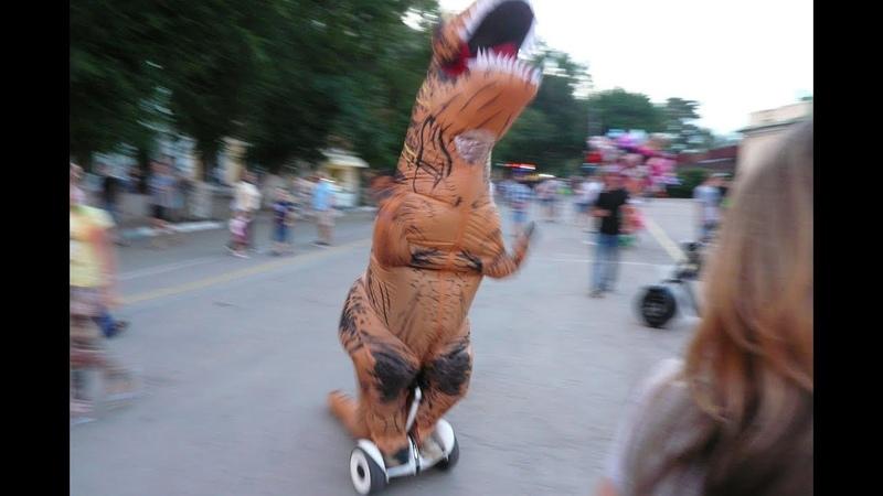Динозавр отжигает на фесте «Барабулька»