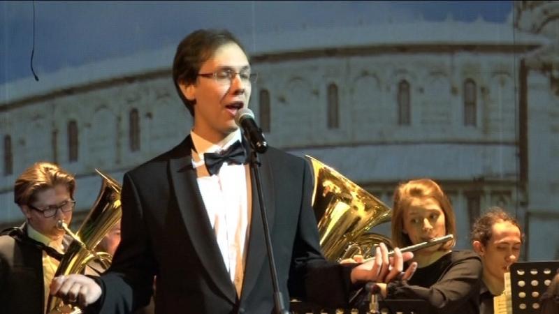 Поёт Игорь Макаров.Духовой оркестр под управлением Галины Журовой.
