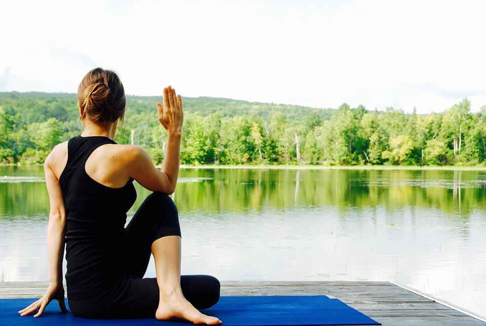Занятия по йоге стартовали в Лианозовском парке