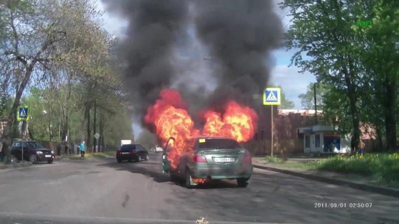 Взрыв машины на ходу в Великих Луках 11.05.2015 Очень страшно!.mp4