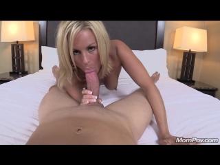 Блондинка измывается над своей сладкой вагиной