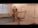 Обнажённая гимнастка