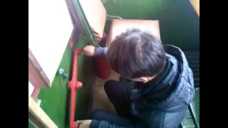 Дублер крутит руль в электровозе ржачь