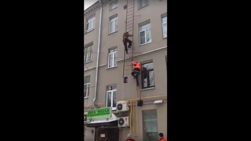 Рабочие упали вместе с лестницей с высоты третьего этажа в Москве смотреть онлайн без регистрации
