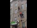 Рабочие упали вместе с лестницей с высоты третьего этажа в Москве