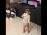 Маленькая девочка танцует под Майкла Джексона