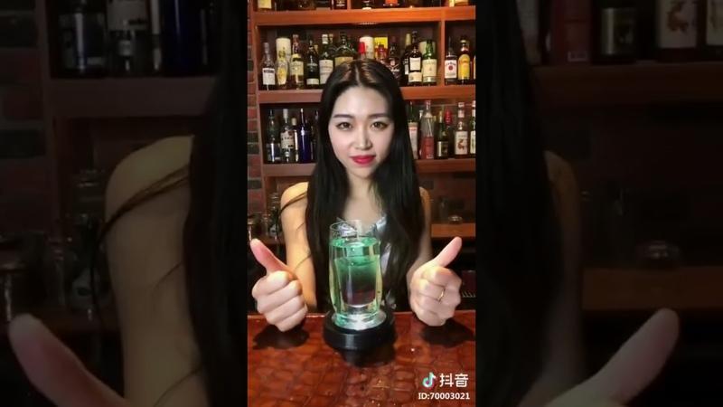 Girl xinh pha chế rượu siêu đẹp nhìn thôi cũng thấy phê rồi