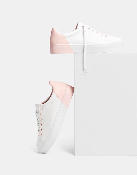 Кеды с деталью розового цвета
