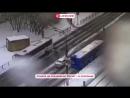 Момент наезда автобуса на ограждение у метро Сходненская в Москве попал на видео