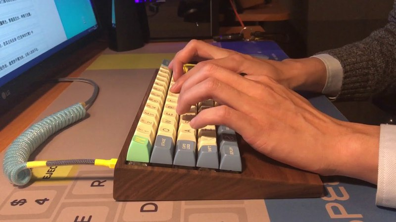 BOX white switches with walnut case and SA keycaps sound test