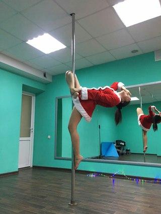 Танец на шесте в спортзале 2 девушки поочереди