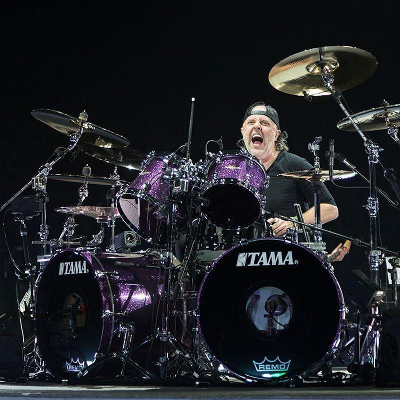 барабанщик группы металика в бейсболке