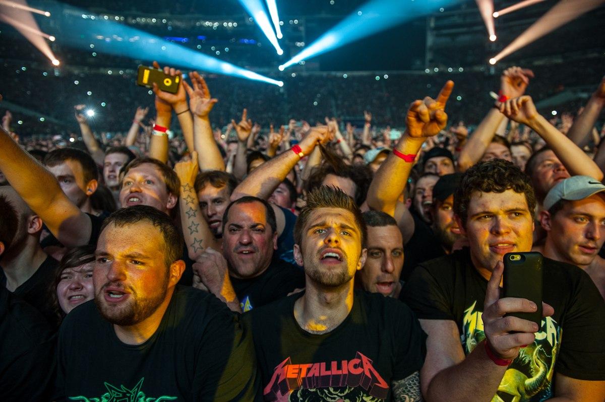 фанаты группы металика в футболках на концерте