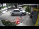 Безумец устроил драку с двумя стариками во дворе