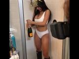 Mia Khalifa теребит большую бутылку шампанского