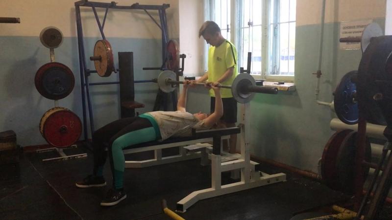 Способная девочка Маша жмет 32, 5 кг.после 1 месяца занятий.