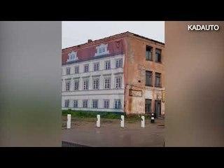 В Гусеве после ремонта здания колышется одна из его стен. Калининградская область.