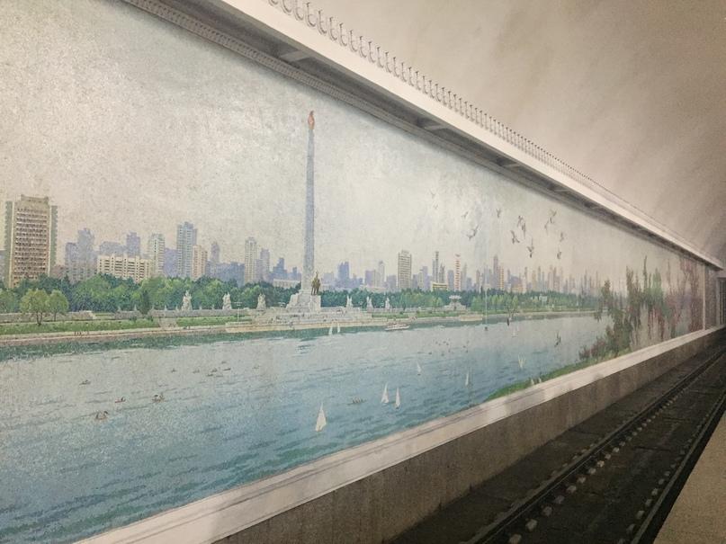 Изображена восточная часть Пхеньяна и монумент идей Чучхе