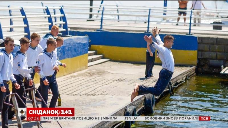 Випускники Херсонської морської академії влаштували традиційне масове купання