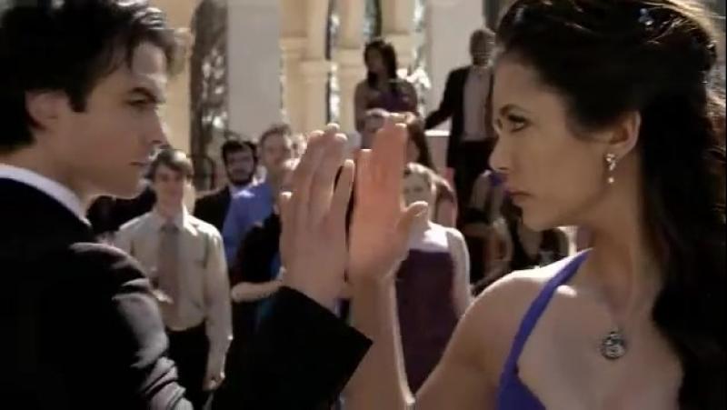 Первый танец Деймона Сальваторе и Елена Гилберт.