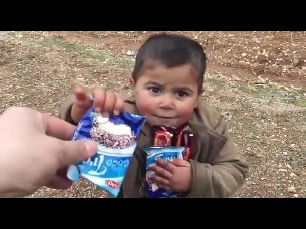 Afrin Operasyonu Türk Askeri Bir Çocuğa Çikolata Veriyor...