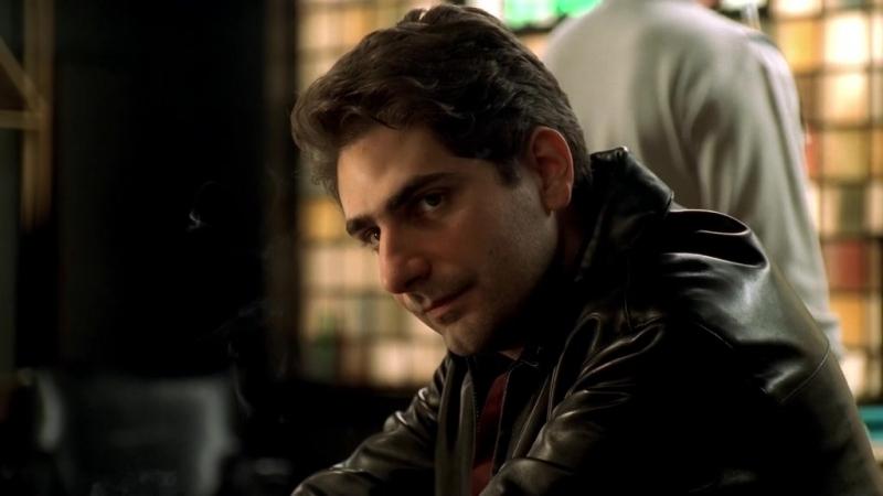 (Клан Сопрано S04E07_07) Адриана раскрывается Кристоферу. Он психует, колется, идёт спросить совета у Семьи, колется и принимает