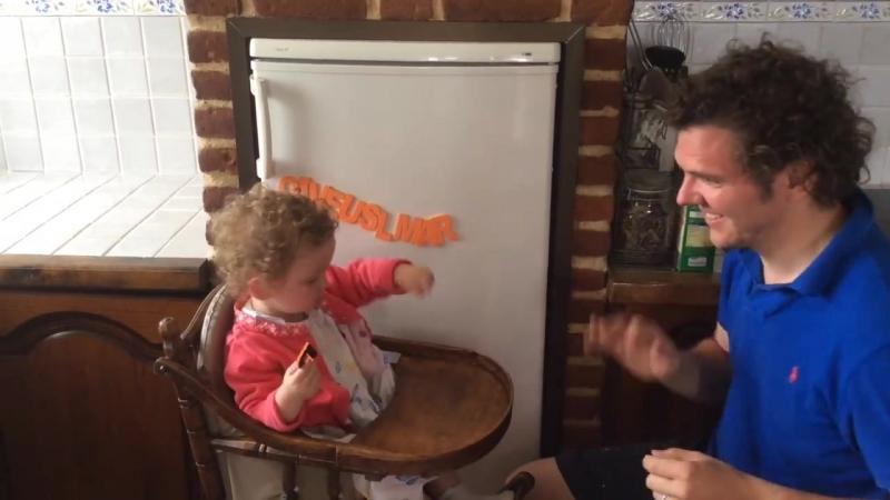 Малышка (2 года) дактилирует