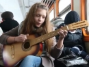 Девчонка круто поёт