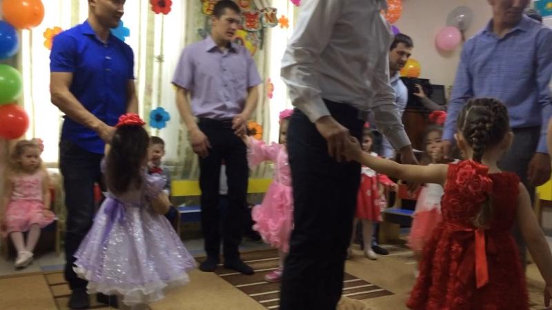Викуша танцует с папой ❤️