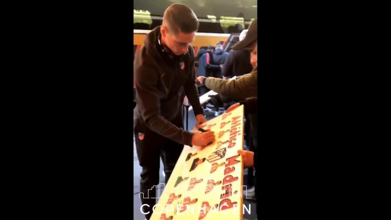 Фернандо Торрес раздает автографы в Копенгагене