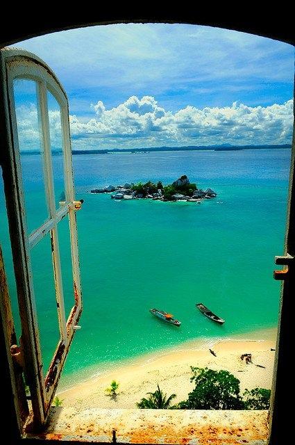 Остров Lengkuas (Индонезия), вид из окна маяка.
