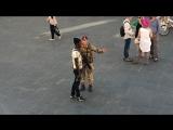 VERWEIS- SOLDAT verscheucht ASYLANTEN-