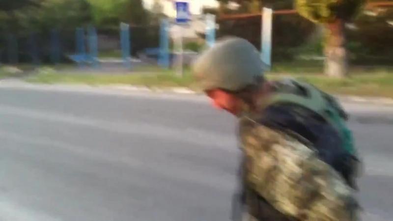 Укр вояки ради забавы уничтожают школу на оккупированной территории Часть1