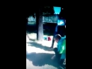 Мужчина спас утят провалившихся в канализацию