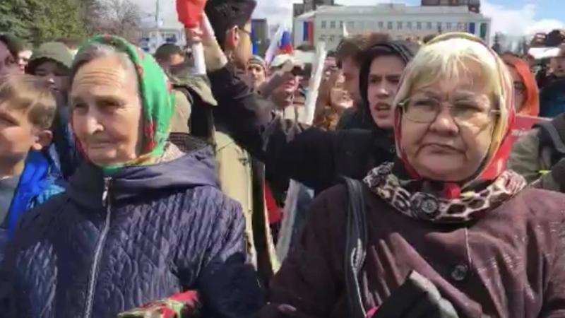Пришли люди самого разного возраста Народ скандирует Мы здесь власть Позор и Россия без Путина