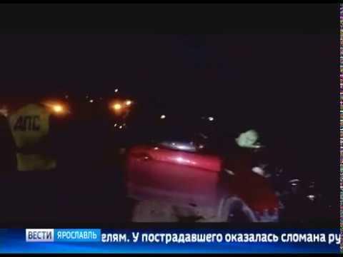 В Ярославле иномарка на высокой скорости врезалась в дерево