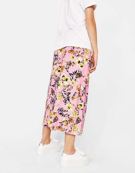 Широкие брюки-кюлоты с цветочным узором и пуговицами