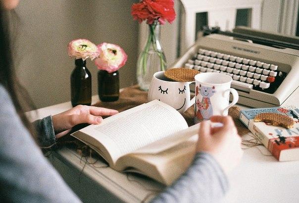 заметки для себя: • добавь щепотку корицы в кофе. это многое изменит. • будь добрым по отношению к официанту и кассиру. относись к ним с уважением. • фотографируй то, что делает тебя счастливой.