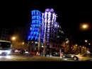 Прага, Чехия Танцующий дом в Праге во время фестиваля световых проекций