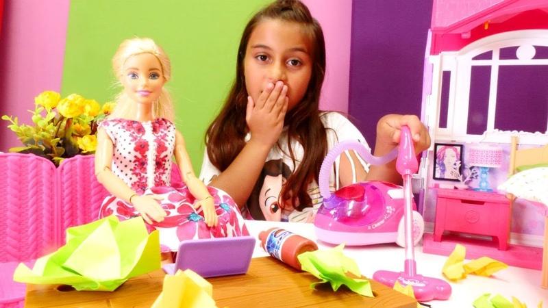 Barbie oyuncağın ev ofisi yoğun olduğundan dolayı evi kirlenmiş